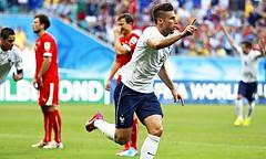 Olivier Giroud (C) of France celebrates