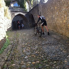 Gabri's turn to push #carcassonne #wetcobbles #pavé
