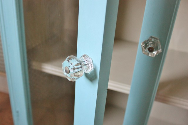 glass-cabinet-makeover-annie-sloan-chalk-paint-vintage-glass-knobs