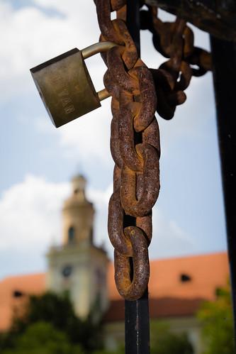 park castle lock walk croatia chain hrvatska lanac dvorac valpovo lokot