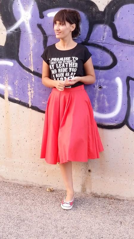 Rockabilly, American Graffitti, falda midi de vuelo roja, camiseta rockera negra con mensaje, zapatillas de topos rojos y blancos, flequillo postizo, red midi skirt with great flight, black rocker T-shirt with message, slippers of red and white polka dots, fringe false, Beloved Woman