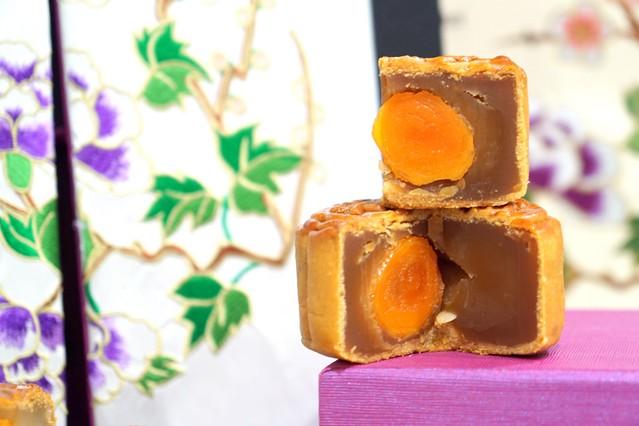 shangri la mooncake 2014 - lotus single yolk mooncake
