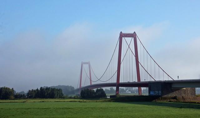 Goldengelchen Emmericher Rheinbrücke im Nebeldunst03