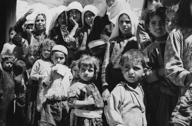 Refugiados palestinos fazem fila para comida em acampamento em Amã, Jordânia, em 1955 - Créditos: Reprodução