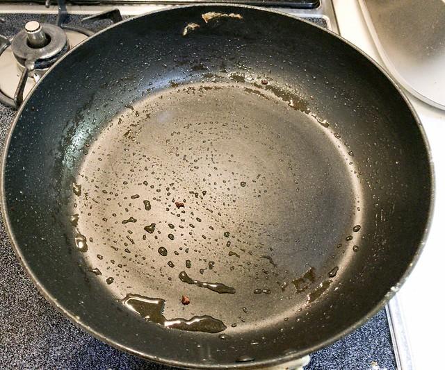 フライパンの油を拭き取ります