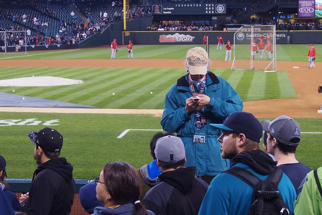 球場工作人員的外套很好看