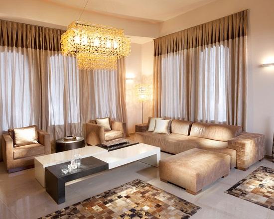 Phòng khách với rèm và sofa cùng màu