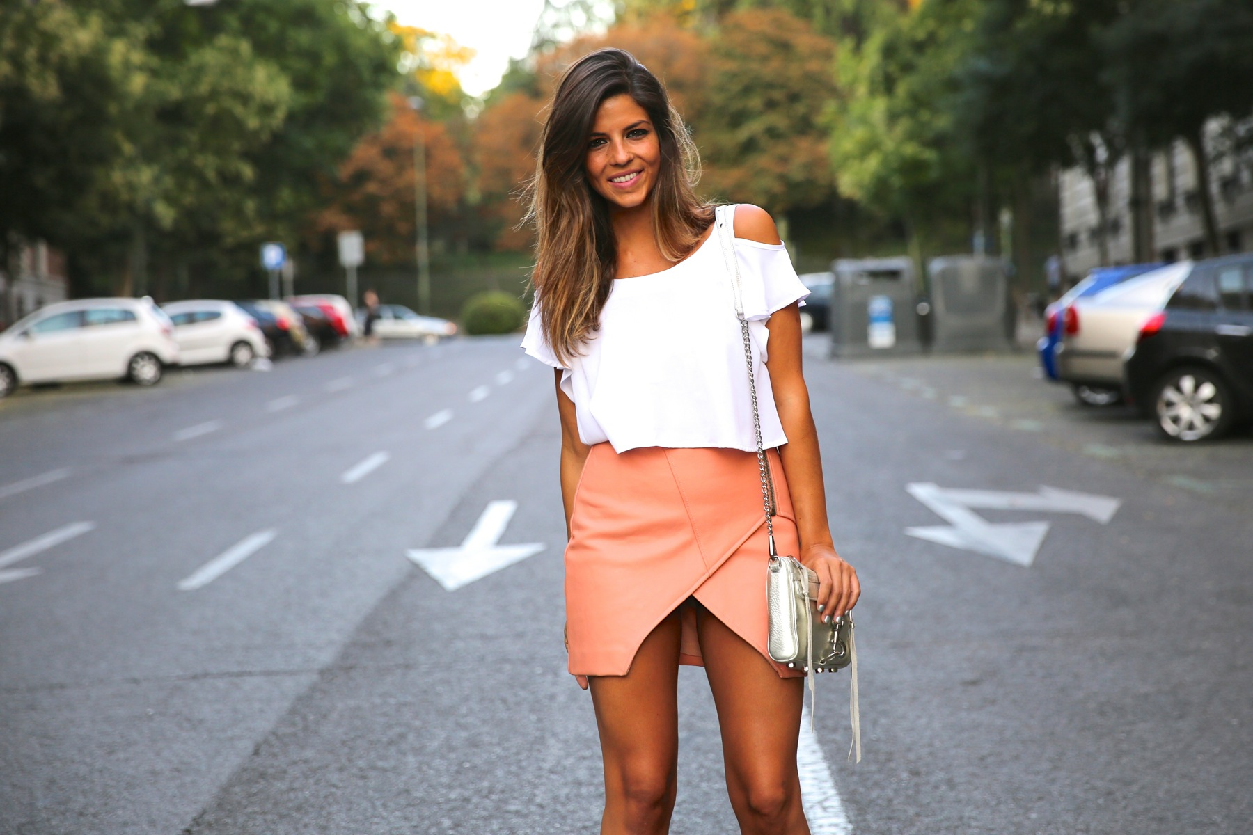 trendy_taste-look-outfit-street_style-ootd-blog-blogger-fashion_spain-moda_españa-madrid-silver_stilettos-punta_plata-estiletos-falda_coral-coral_skirt-top-5