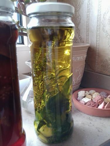 Öl mit frischem Basilikum, Thymian, Rosmarin und Knoblauch