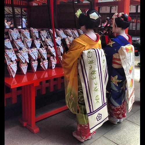 伏見稲荷大社にお詣りする二人の舞妓さん