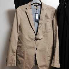 overcoat(0.0), jacket(0.0), tuxedo(0.0), suit(0.0), trench coat(0.0), clothing(1.0), collar(1.0), sleeve(1.0), blazer(1.0), khaki(1.0), outerwear(1.0), formal wear(1.0), pocket(1.0), coat(1.0),