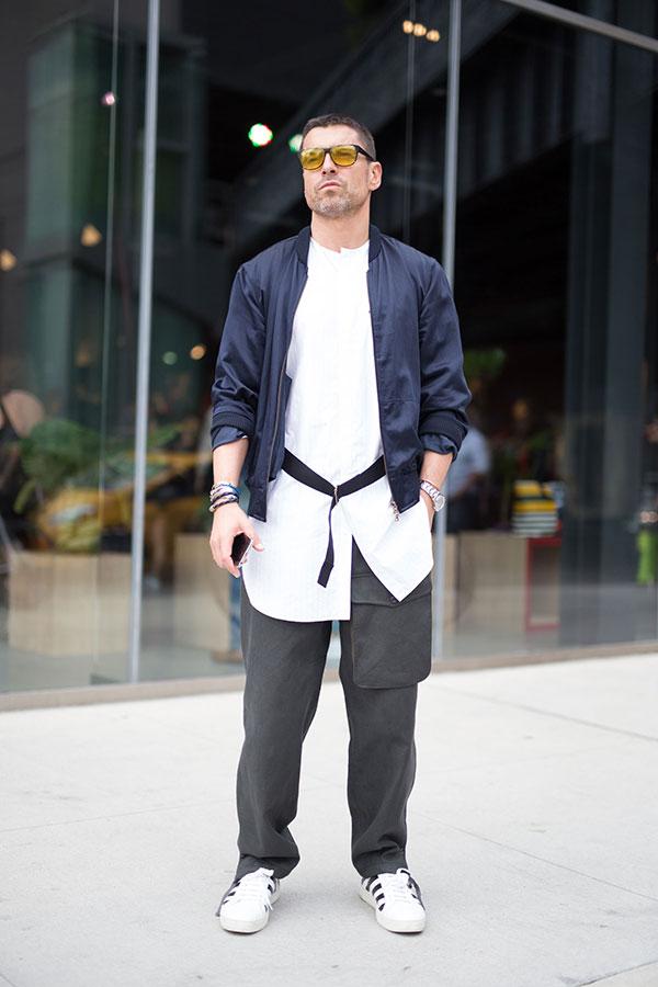 紺ブルゾン×白バンドカラーシャツ×グレーパンツ×OFF-WHITEスニーカー