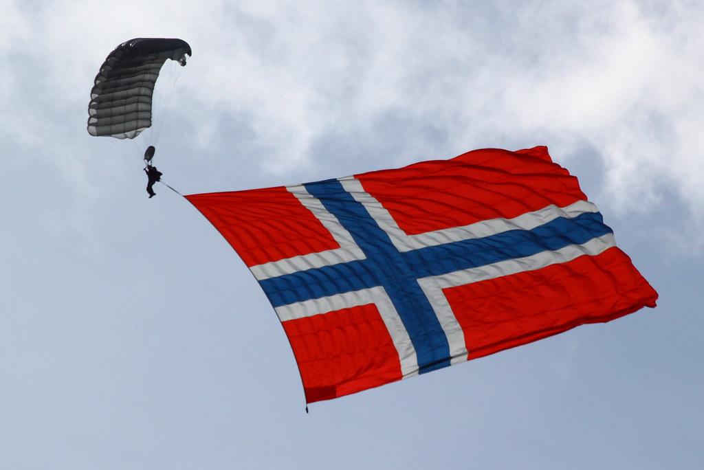 f7057d2e Fallskjermhopper med Norsk Flagg på 300 m2 | Skien Airport G… | Flickr