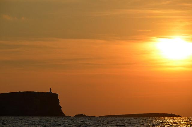 Cap de Cavallería al atardecer desde el mar en Catamarán