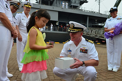 Capt. Richard McCormack, commanding officer of USS Blue Ridge (LCC 19), receives a gift during a welcoming ceremony in Qingdao. (U.S. Navy/MC3  Kelby Sanders)