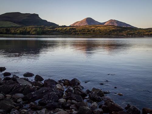 sunset beach coast scotland rocks isleofskye innerhebrides unitedkingdom loch lochslapin kilmarie strathairdpeninsula
