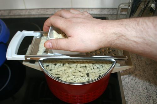 24 - Spätzle ins Wasser hobeln / Slice spaetzle into water