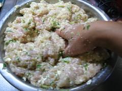 豆腐、ねぎ、パン粉を加えてよく混ぜます