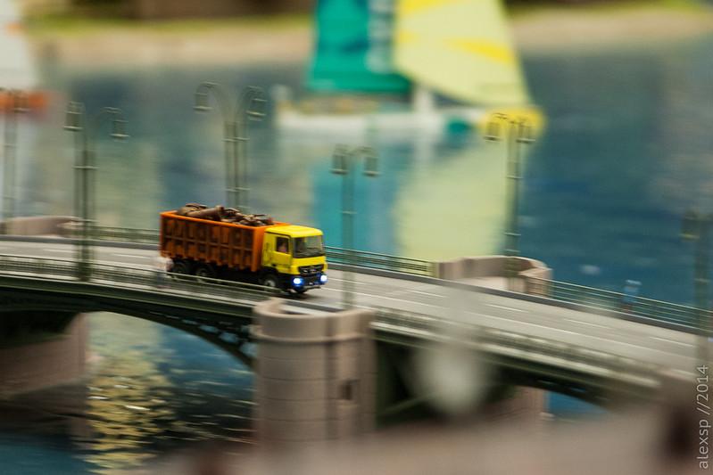 Грузовик на мосту