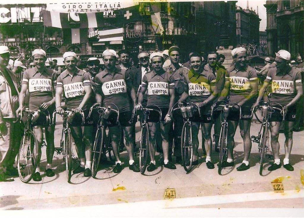 Squadra Ganna (partenza Giro d'Italia '50) - Giovanni Meazzo è il primo a destra