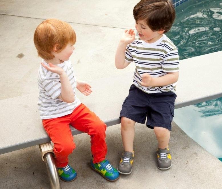 ... 款的crib shoes點這裡) 右邊穿的是這雙See Kai Run Leonardo Sneaker 9a1ace018