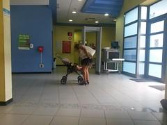 Una madre calma a su bebé por las largas horas de espera