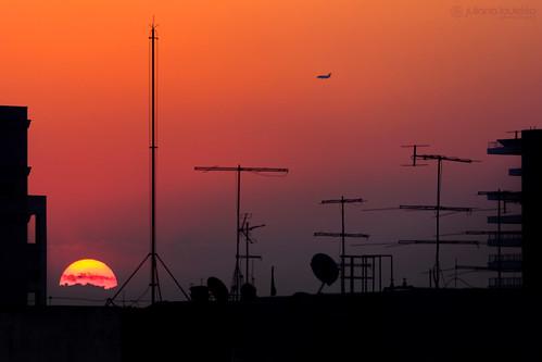 sunset sky sun silhouette buildings airplane rooftops sundown saopaulo antennas project365 365days 365project julianalauletta channelingthesun