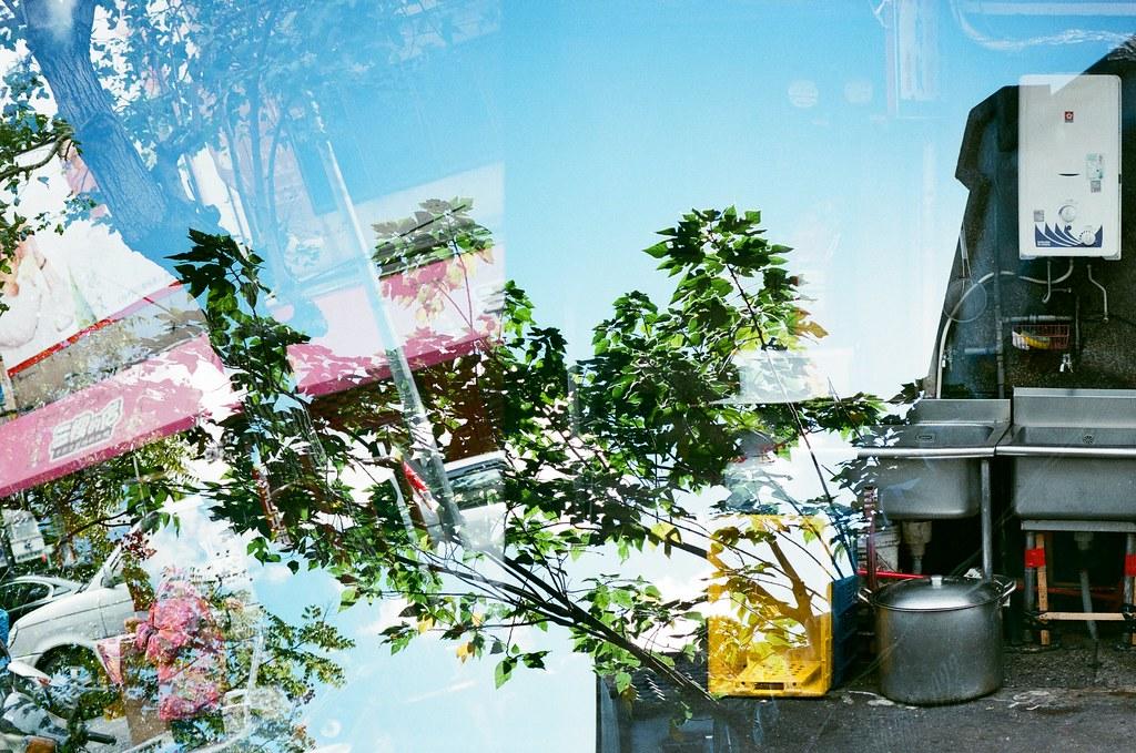 Double Exposure, Taipei, Taiwan / AGFA VISTAPlus / Lomo LC-A+ 翻到這卷還沒上傳,裡面有一些還滿有意思的畫面。  這張刻意有些畫面是樹葉,這樣後來的畫面就會有破碎的效果。  那時候天氣好吧,天空襯底藍藍的。  Lomo LC-A+ AGFA VISTAPlus ISO400 5659-0038 2015-12-04~2015-12-05 / 2015-12-20 Photo by Toomore