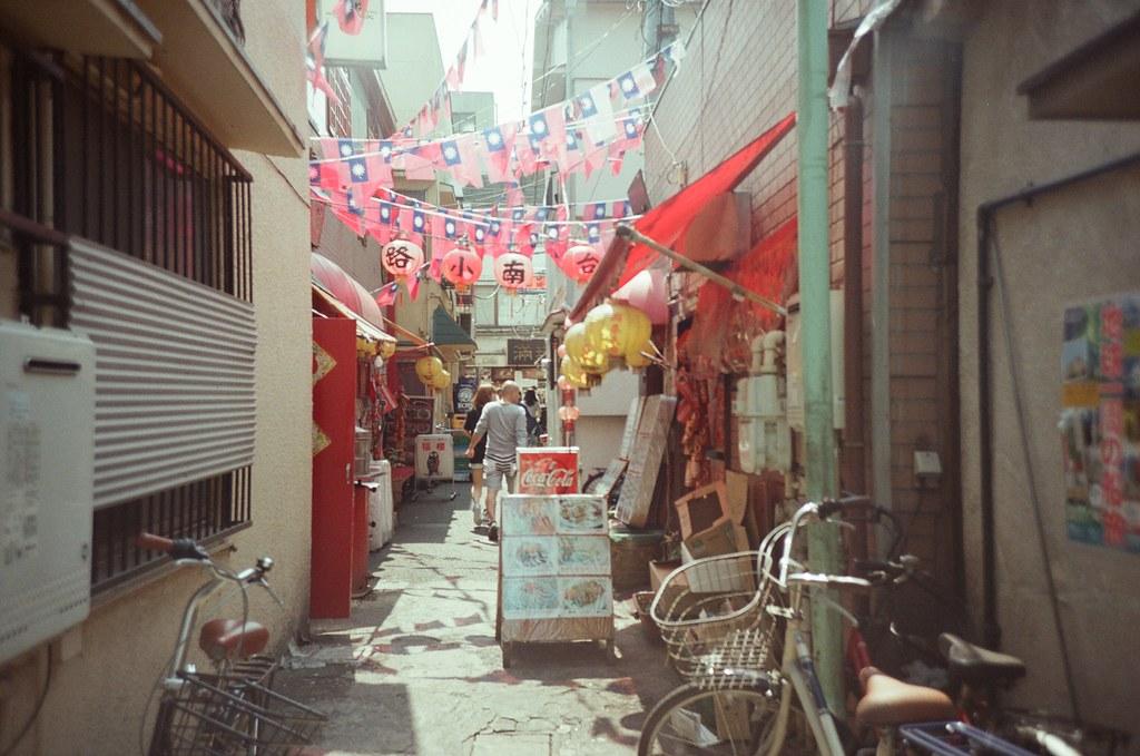 橫濱 Yokohama, Japan / Fujifilm 500D 8592 / Lomo LC-A+ 看到認識地名,台南小路,還有中華民國國旗,很酷!  我以為中華街會因為陸客比較多,就改放五星旗,但走了一圈,好像只有中華民國國旗!  Lomo LC-A+ Fujifilm 500D 8592 7394-0034 2016-05-21 Photo by Toomore
