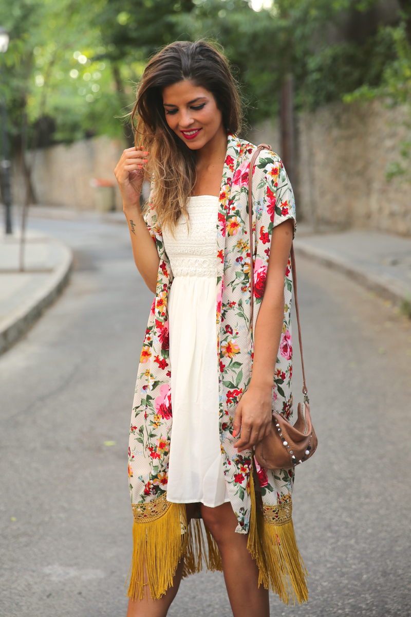 trendy_taste-look-outfit-street_style-ootd-blog-blogger-fashion_spain-moda_españa-kimono-vestido_blanco-vestido_verano-playa_beach-dress-cowboy_booties-botines_camperos-8