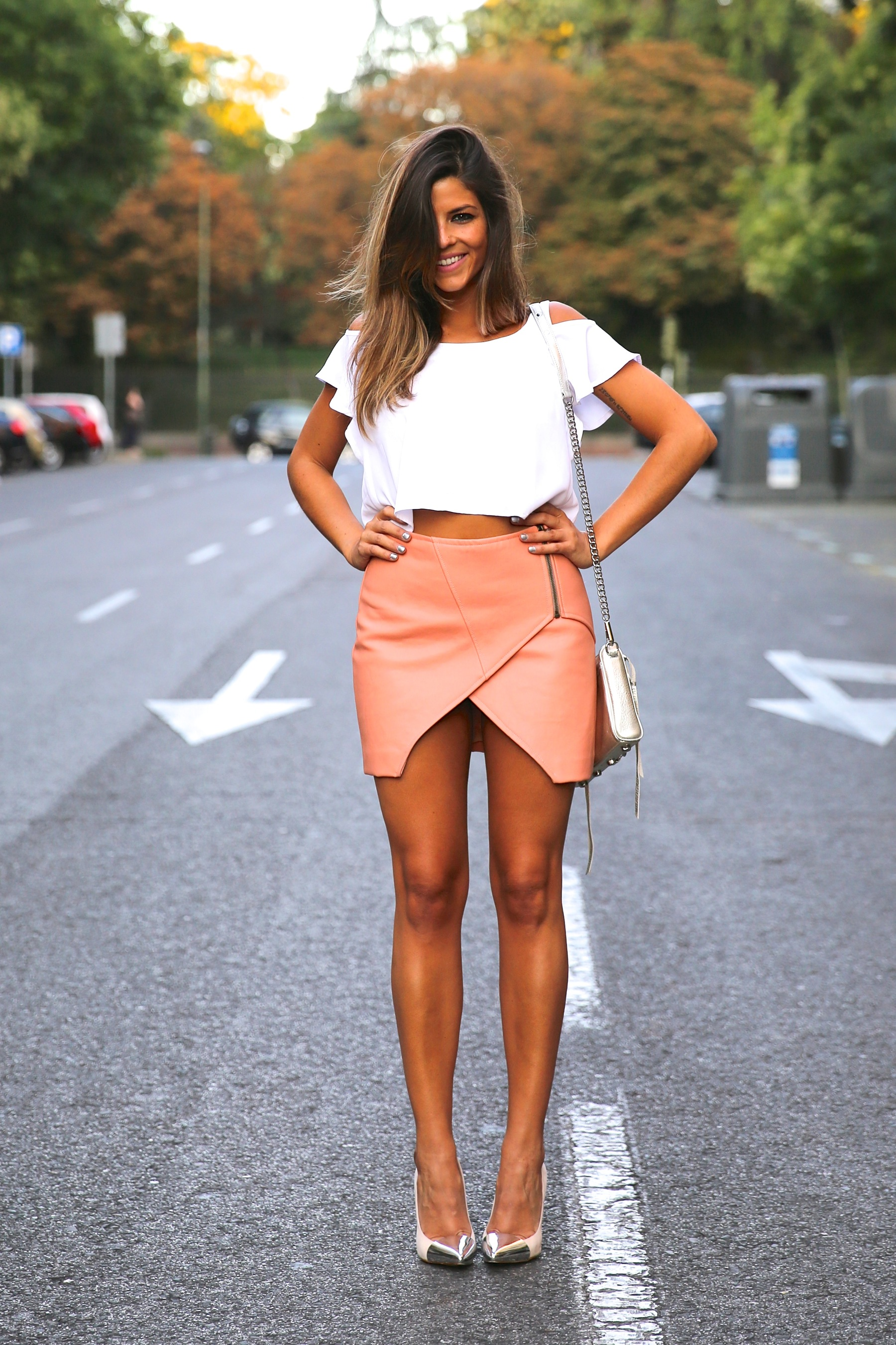 trendy_taste-look-outfit-street_style-ootd-blog-blogger-fashion_spain-moda_españa-madrid-silver_stilettos-punta_plata-estiletos-falda_coral-coral_skirt-top-8