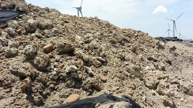 棄置礁體堆積如山;圖片來源:桃園在地聯盟。