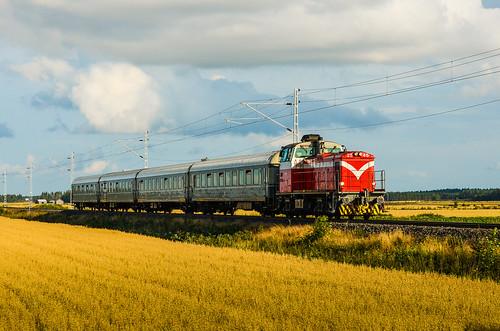 summer train finland diesel locomotive express vr dv12 finnishrailways p449 seinäjokivaasa