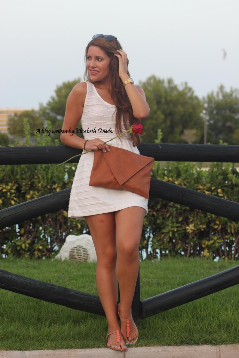 vestido-blanco-clutch-marrón-y-sandalias-marrones-con-fores-coral-MARYPAZ---HEELSANDROSES-(4)