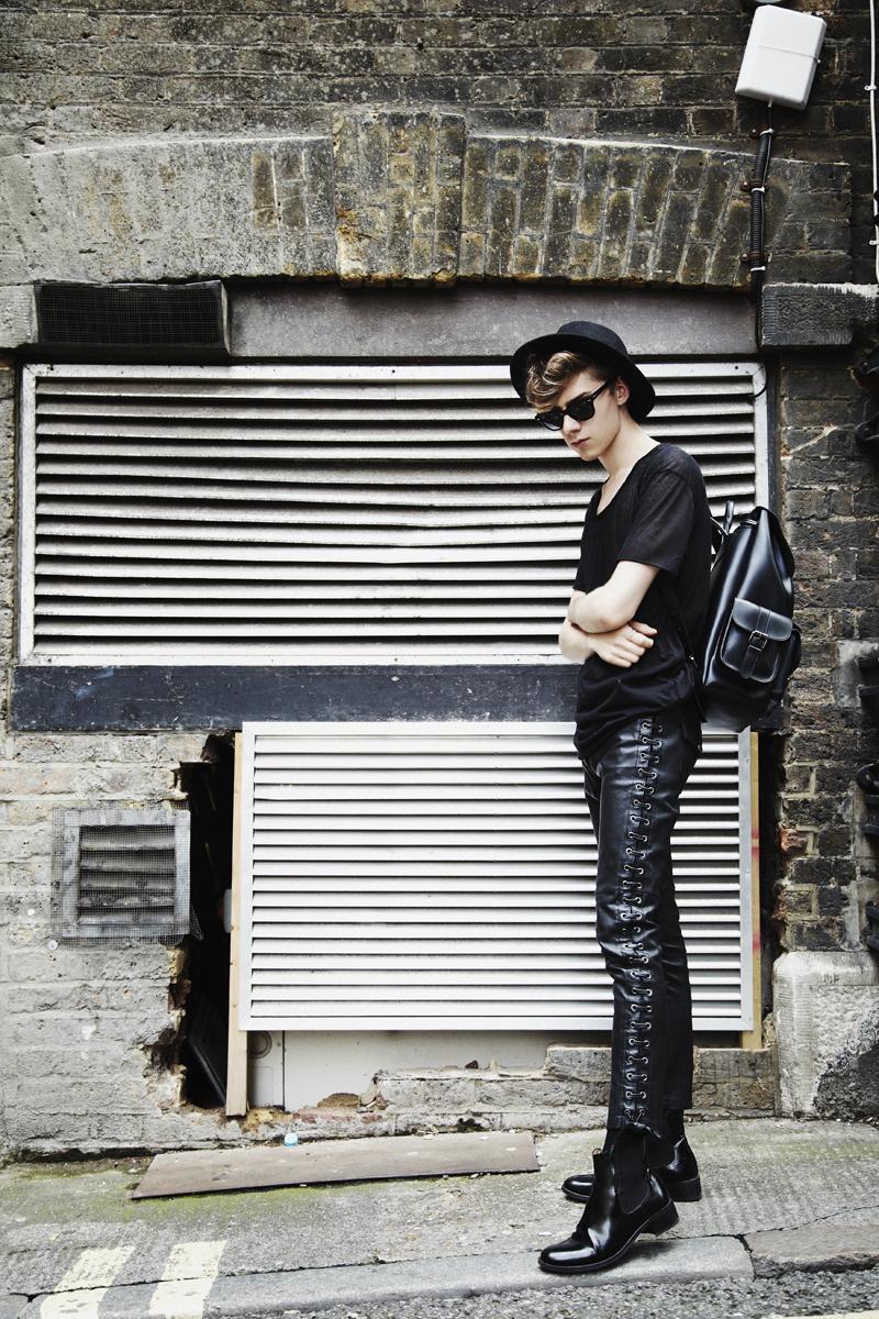 mikkoputtonen_fashionblogger_outfit_aldo_leatherpackback_isabelmarantpourHM_leatherpants_topman_hat_allblack_style_london_tigerofsweden_2_web