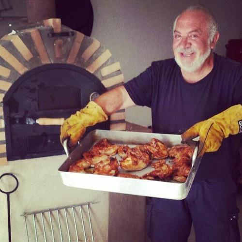 ¡Hip Hip Hurra! Ole nuestro chef!! Y que ricos salen los asados en el nuevo horno de leña!