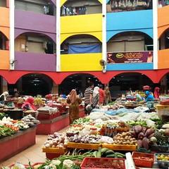 Pagi tadi singgah jenguk Pasar Siti Khadijah di Kota Bharu... Wajah baru berwarna-warni tapi sayang bilangan jemaah lalatnya...  Faktor kebersihan amat-amat mengecewakan...