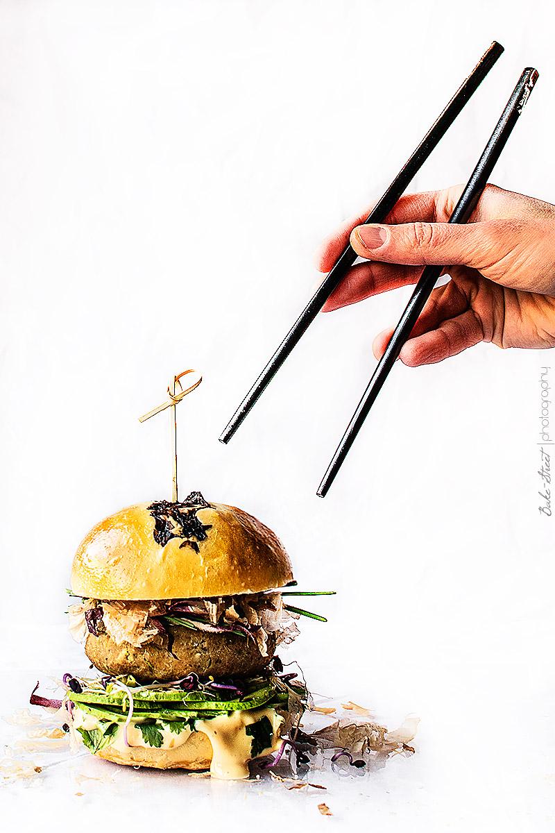 Hamburguesa de castañas y shiitake con mayonesa de sésamo
