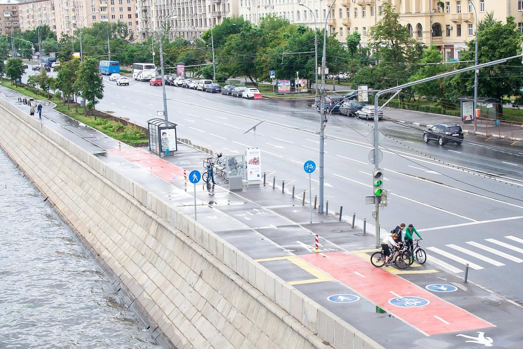 Москва. Центр. Местами в Москве есть велодорожки и прокаты велосипедов