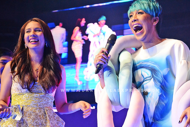 IT'S SHOWTIME HOSTS KARYLLE AND VICE GANDA. Karylle and Vice Ganda wins Love Team of the Year.