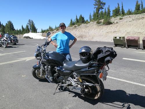 Une motarde allemande avec sa moto