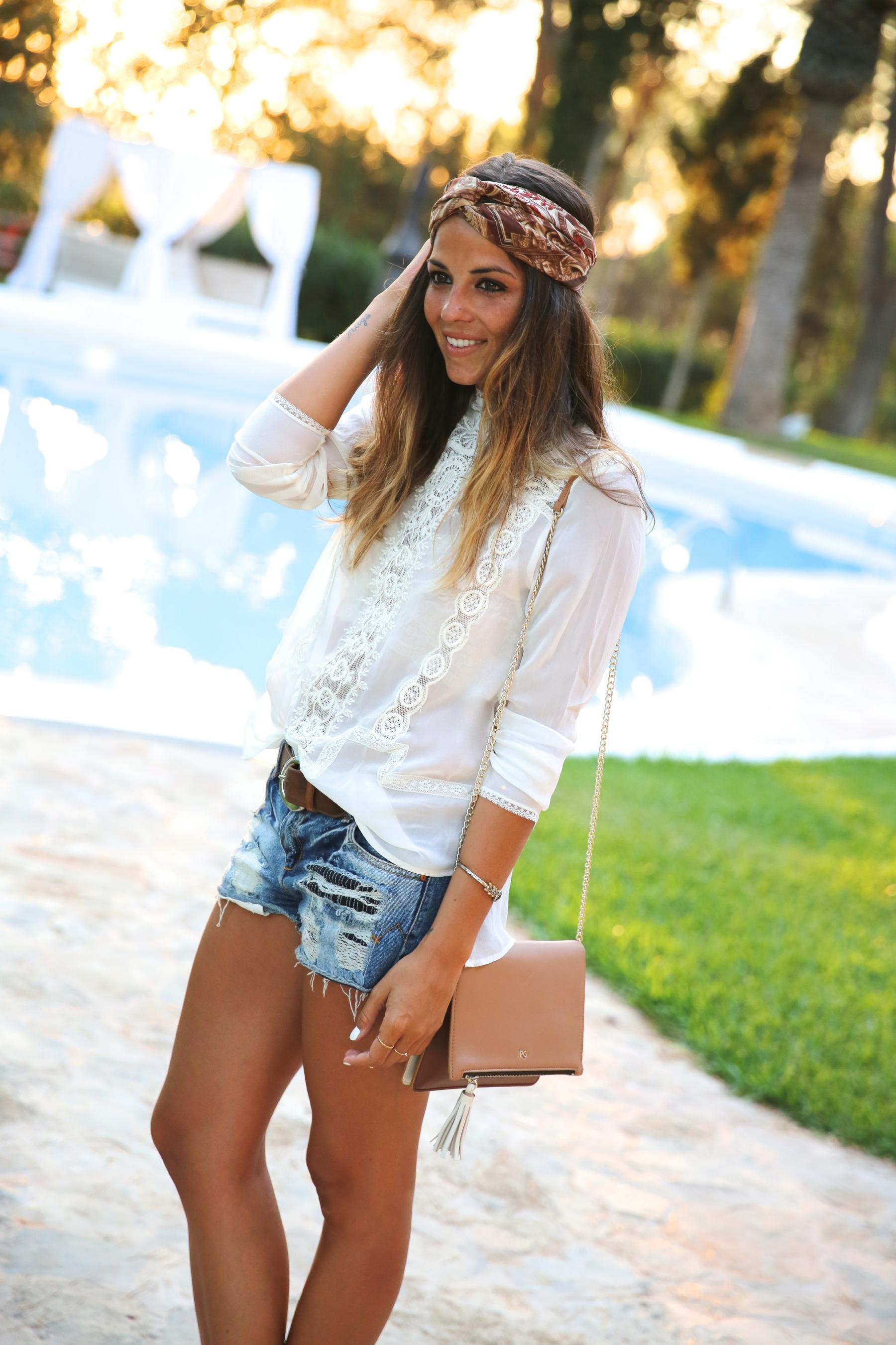 trendy_taste-look-outfit-street_style-ootd-blog-blogger-fashion_spain-moda_españa-boho-hippie-denim_shorts-shorts_vaqueros-blusa-blouse-mas34-pg-ibiza-sa_talaia-8