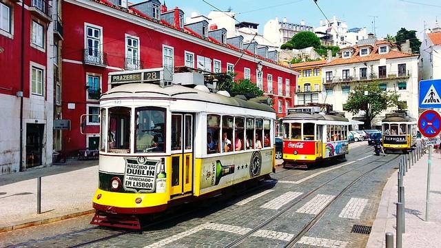 Tranvías en Alfama. Lisboa.