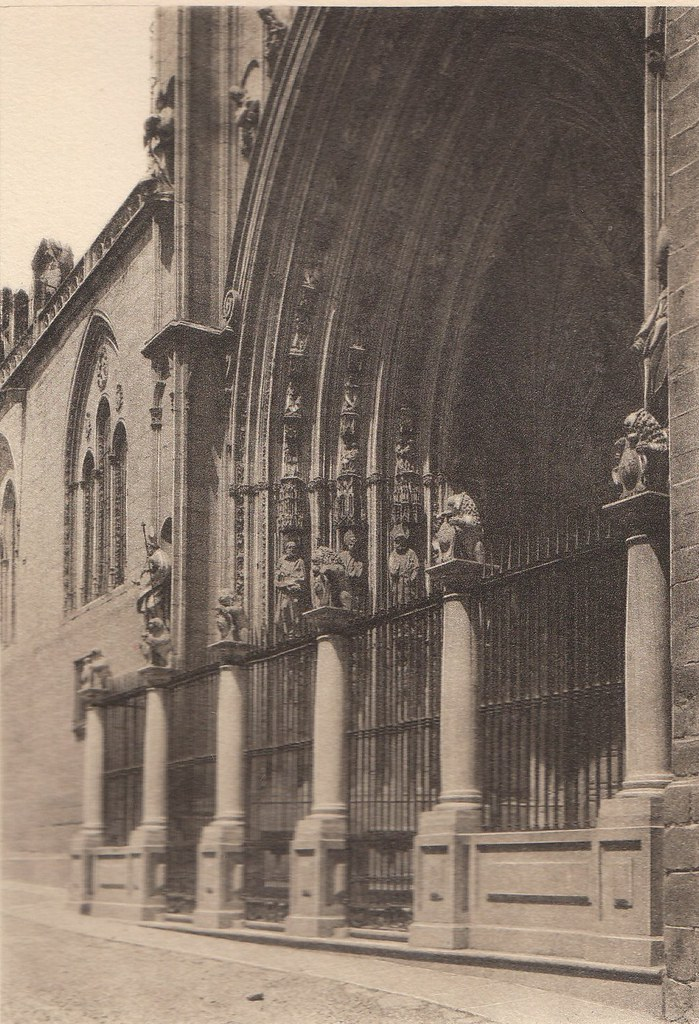 Puerta de los Leones a principios del siglo XX. Fotografía de Henri Bertault-Foussemagne  publicada en el libro L´Espagne, provinces du Nord, de Tolède a Burgos de Octave Aubry en 1930
