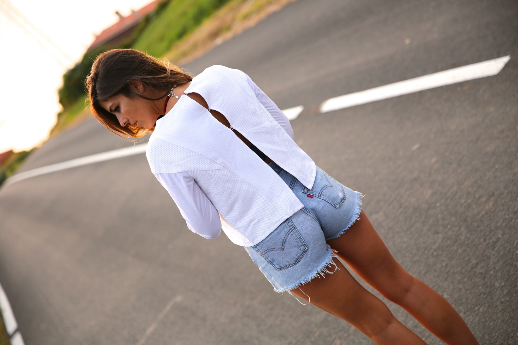 trendy_taste-look-outfit-street_style-ootd-blog-blogger-fashion_spain-moda_españa-coach-silver_sandals-sandalias_plata-white_top-top_blanco-levi's-denim_shorts-shorts_vaqueros-6