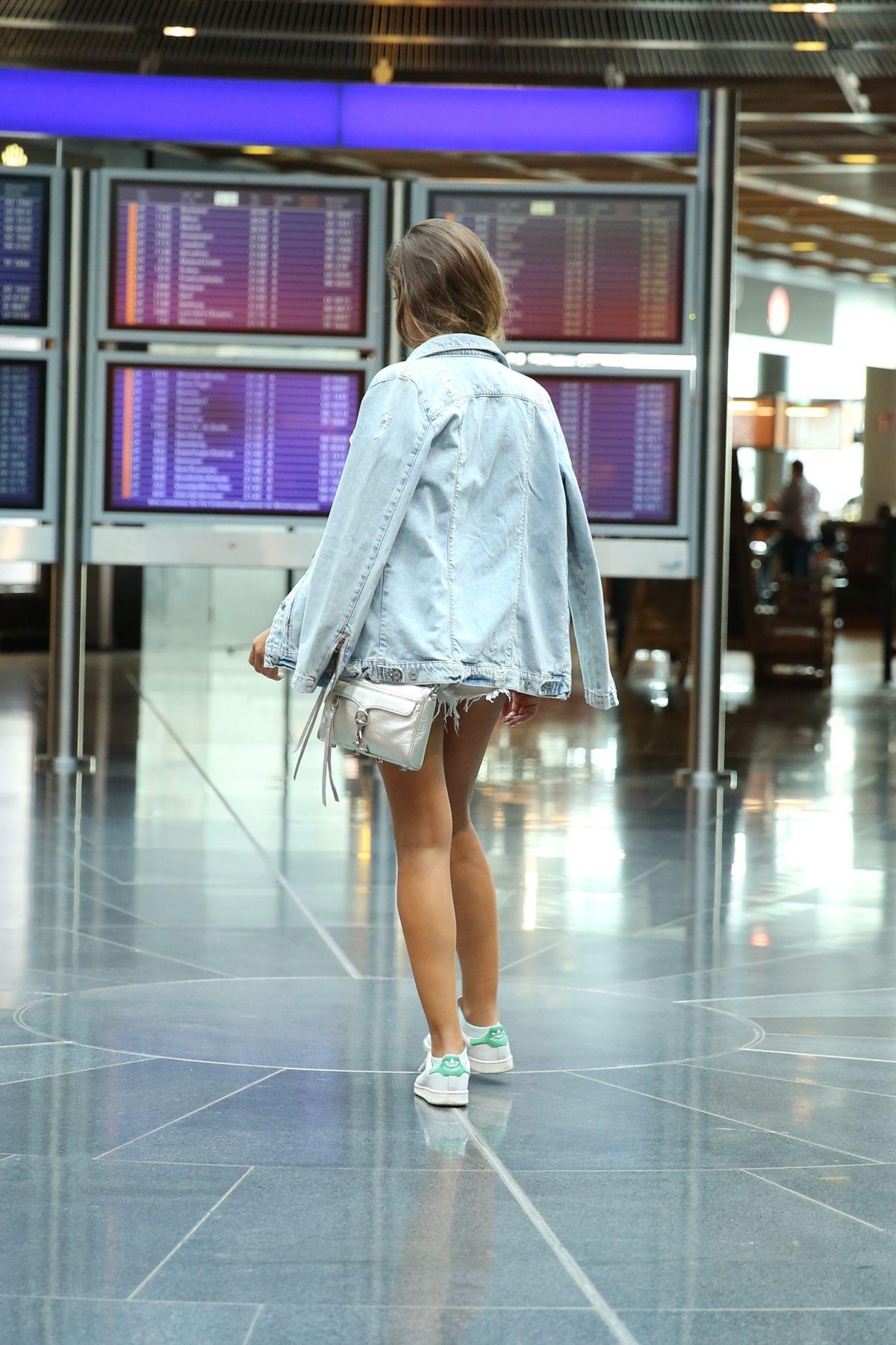 trendy_taste-look-outfit-street_style-ootd-blog-blogger-fashion_spain-moda_españa-traveling-viaje-frankfurt-stan_smith-adidas-lentejuelas-top-denim-shorts-vaqueros_rotos-2