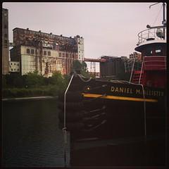 Puerto que tuvo mejores días y barco antiguo en esclusa ídem. #CanadChi