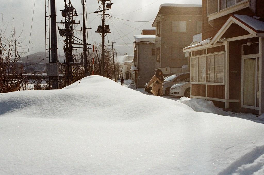 小樽 Otaru, Japan / Kodak ColorPlus / Nikon FM2 走過一個天橋後,看到旁邊的雪也太光亮完美的堆砌著。  當然不能錯過這個天然的景,等一下遠方的路人經過,一起入鏡!  Nikon FM2 Nikon AI AF Nikkor 35mm F/2D Kodak ColorPlus ISO200 8268-0032 2016/02/02 Photo by Toomore