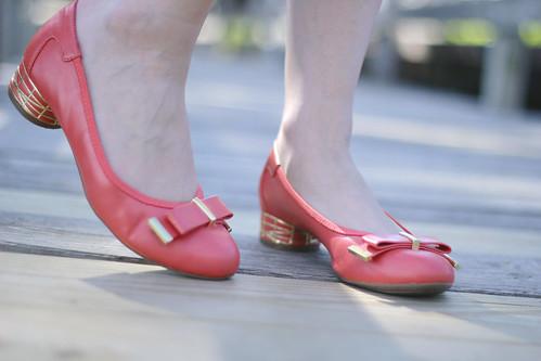 dana buchman shoes, coral shoes, coral pumps, coral heels, gold accent heels, dana buchman coral shoes, pink shoes