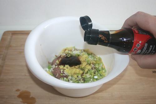 26 - Schuss dunkle Sojasauce hinzufügen / Add dash of dark soy sauce